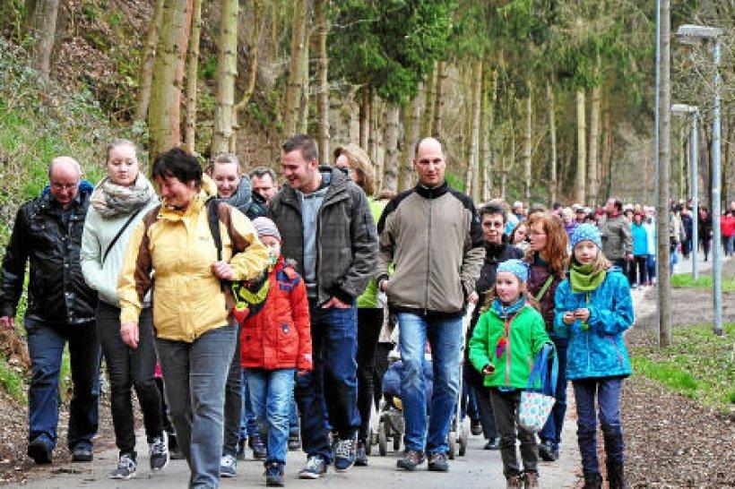 hunderte wanderfreunde und ein osterhase beim 25