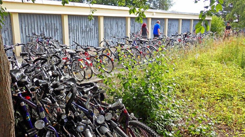 Die gespendeten Fahrräder, aufgereiht in Gera | Bildquelle: https://www.otz.de/regionen/gera/seecontainer-geht-mit-ueber-80-fahrraedern-fuer-kuba-auf-tour-id229604384.html © Ostthüringer Zeitung / Sirko März | Bilder sind in der Regel urheberrechtlich geschützt