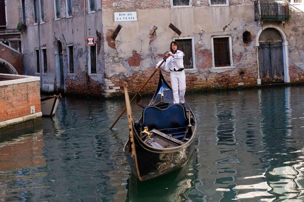 Gondoliere im italienischen Venedig sind beliebte Motive.