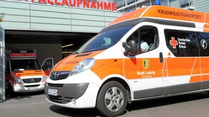 Eine Krankenschwester ist in der Universitätsklinik in Leipzig von einem Mann mit einem Messer niedergestochen worden.